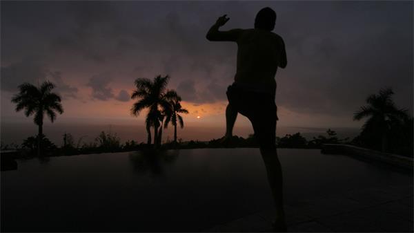 日落黄昏空中泳池慢动作跳水慢镜实拍高清视频素材