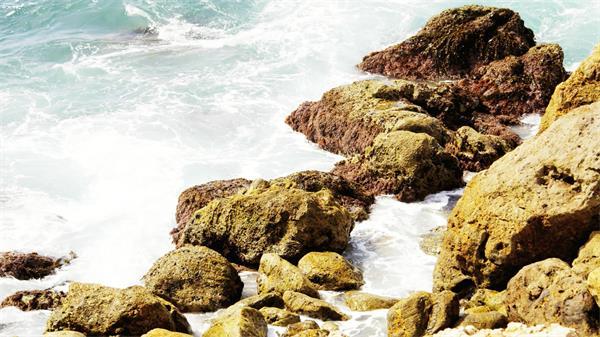 海边洁白浪花击打岩石实拍高清视频素材
