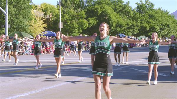 [4K]大学生啦啦队阵列游行街道上欢乐跳舞活动高清视频实拍