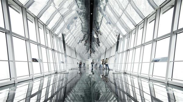 游客观赏空中走廊取景照相实拍高清视频素材