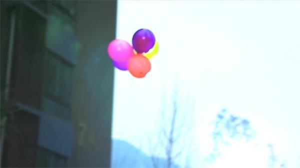 青青草坪小孩奔跑气球升空实拍高清视频素材