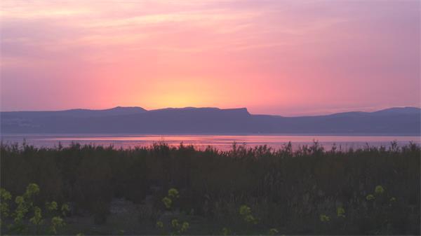 [4K]美轮美奂山形海岸线日落渲染天空唯美自然景色高清视频实拍