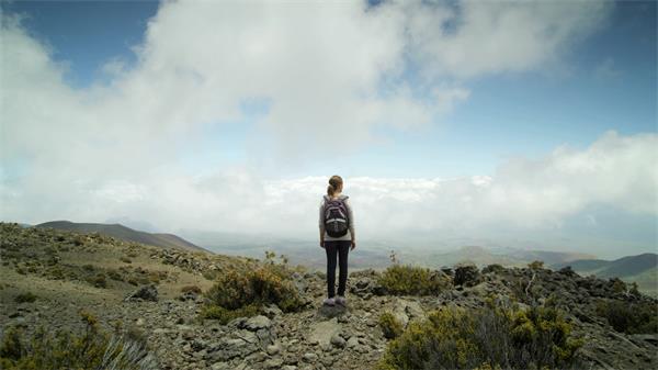 徒步旅行者征服荒野勇于挑战实拍高清视频素材