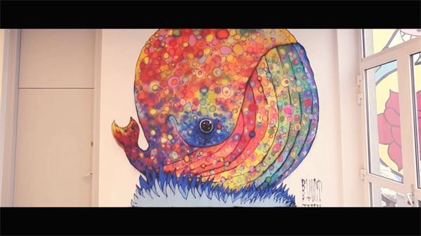 喷漆墙壁彩绘涂鸦七彩小鲸鱼制作过程实拍高清视频素材