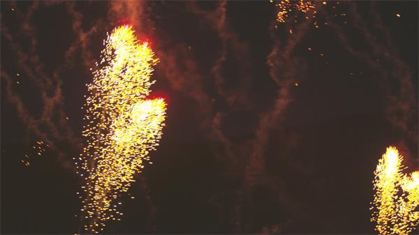 [4K]金黄色烟花在天空绚烂绽放照亮整片天空烟花高清视频实拍