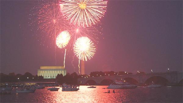 [4K]唯美海岸夜景璀璨烟花照亮星空游艇海上停泊高清视频实拍