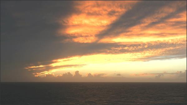 [4K]橙色天空日落黄昏大海海水漂流海上风景高清视频延时拍摄