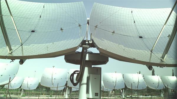 [4K]倾斜向下揭示太阳能电池板吸收热能转化电能高清视频实拍
