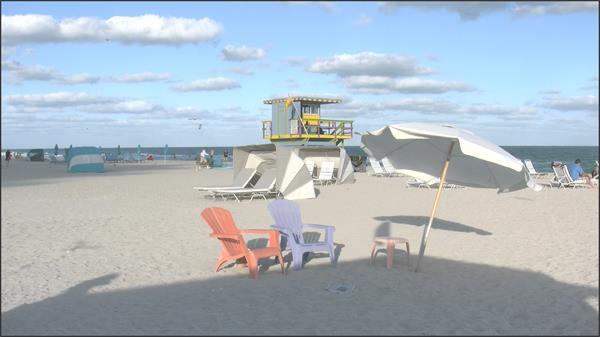 [4K]假日夏天沙滩椅子太阳伞摆放救生员阳光照射下沙滩景色视频实