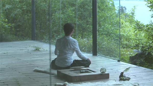 优雅室内面向大自然男孩静坐修心养性冥思调理心态高清延时实拍