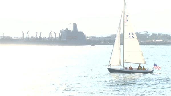 家庭日沐日出游海上乘坐风帆欣赏海景小船游过海面高清视频实拍