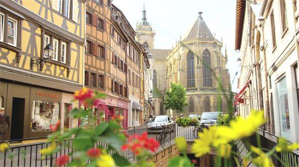 [4K]唯美壮丽古建筑小街道景色艳丽花朵前景建筑特色视频实拍
