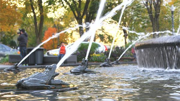 [4K]公园喷水泉田鸡雕塑细节省水荡漾水面游人欣赏高清视频拍摄