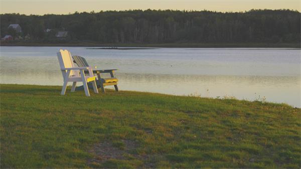 【4K】黄昏湖畔写意小椅休闲时光实拍高清视频素材