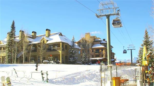 【4K】冬日美景洁白雪地观光缆车实拍高清视频素材