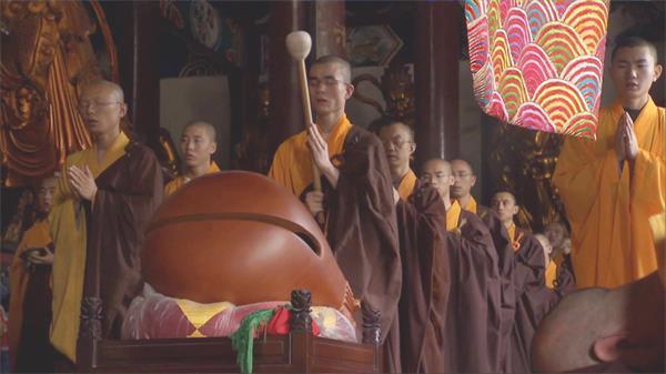 和尚僧侶念經姿勢木槌敲打木魚祈禱開光高清視頻實拍