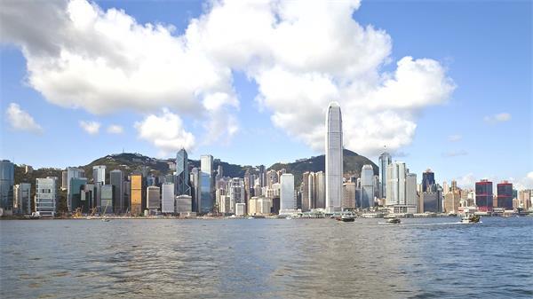藍天白云香港城市發展建筑海岸邊輪船行駛運作高清視頻延時實拍