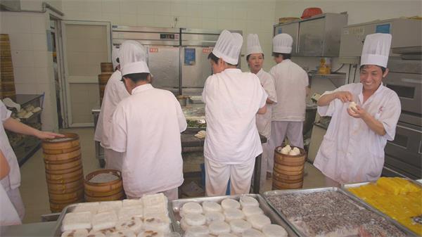 店铺饺子门店厨师们认真制作甜点路人购买街头高清视频实拍