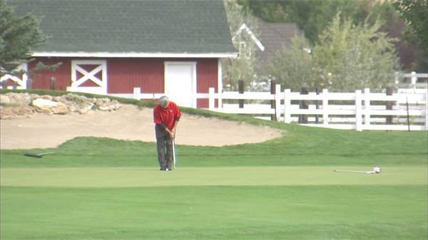老人打高尔夫享受生活房地产广告实拍高清视频素材