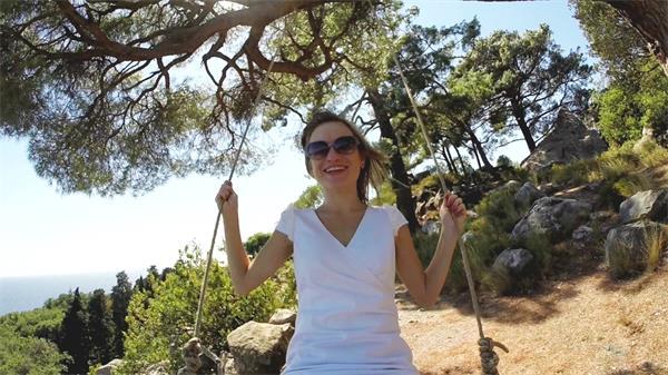 阳光女孩大树下开心荡千秋实拍高清视频素材