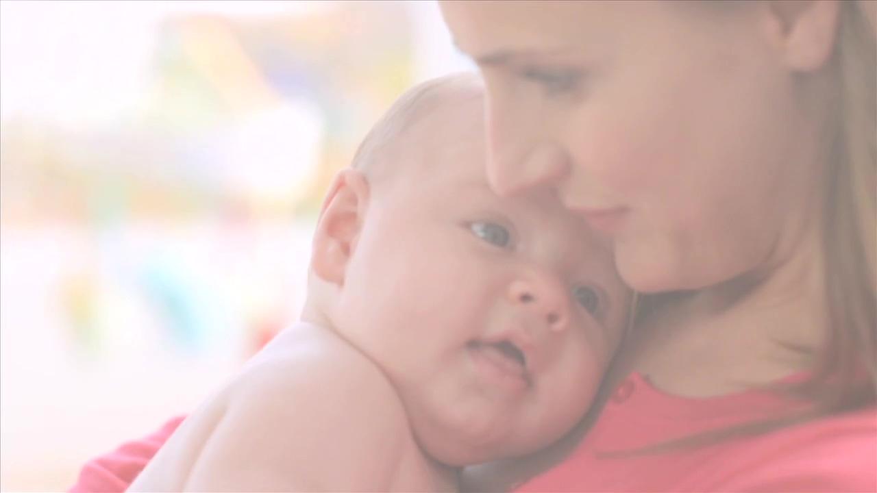 母愛抱起嬰兒歡笑呵護親情唯美展現嬰兒成長高清視頻實拍