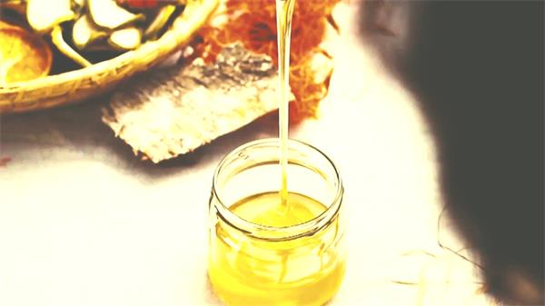 黄色蜂蜜密度缓慢下落倒进瓶子浓稠蜂蜜流动高清视频实拍