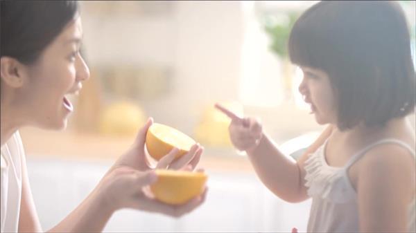 妈妈孩子玩耍戏水沐浴露肌肤广告宣传高清视频实拍