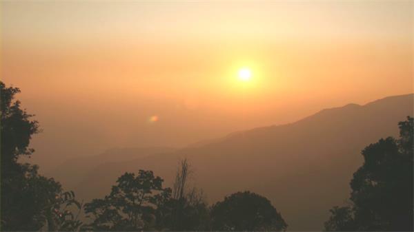 唯美高山观赏艳丽日出升起自然景象高清视频延时实拍