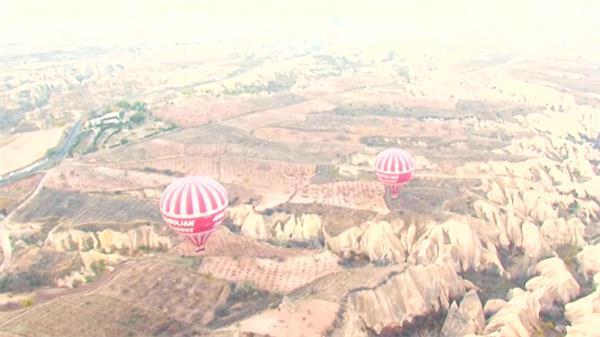 唯美风土地貌传统工艺品热气球飞翔高空意境画面高清视频实拍