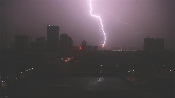 都会现象狂风雨前夜乌天亮地电闪雷鸣闪耀雷电高清视频实拍