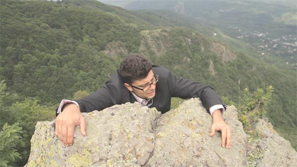 男士爬山等上山顶挑战困难成功人士高处风景高清视频实拍