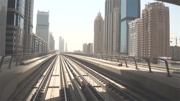 繁榮高樓城市軌道列車地鐵開動行駛第一視覺效果高清視頻實拍