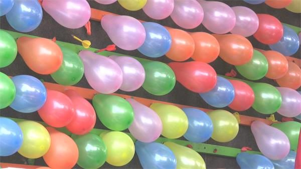 七彩气球飞镖?#28909;?#23556;穿气球儿童娱乐活动高清视频实拍