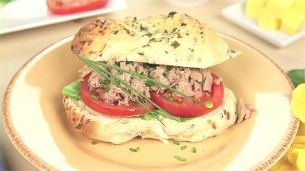 美味汉堡包制作食材层叠摆放组合美食摆盘装饰高清视频实拍