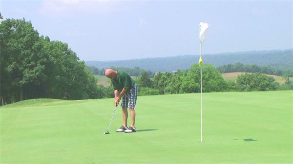草坪上男士打高尔夫球休闲训练一杆入洞高清视频拍摄