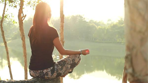 优雅湖岸边树木成荫女士安静思考养生瑜伽健康生活高清视频实拍