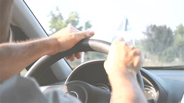 汽车行驶男士开车姿势手握方向盘高清视频实拍