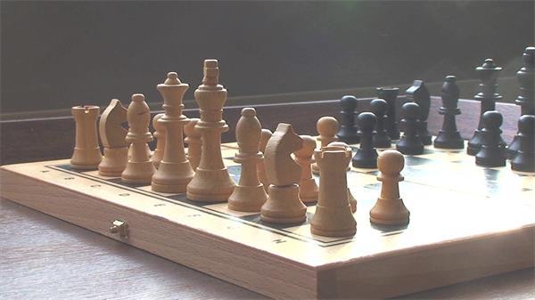 智力游戏国际象棋彩色棋子互相对决下棋子进程高清视频实拍