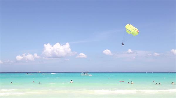 唯美沙滩景色碧海蓝天帆伞运动休闲度假胜地高清视频拍摄