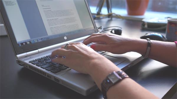 辦公人員敲擊筆記本鍵盤記錄編寫策劃文章高清視頻實拍