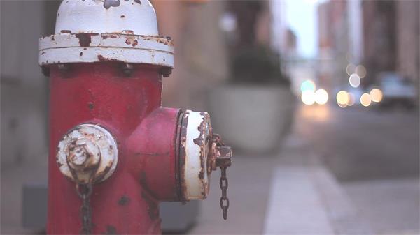 陈腐破坏消防栓特写镜头街道车辆行走生锈消防设备高清视频实拍