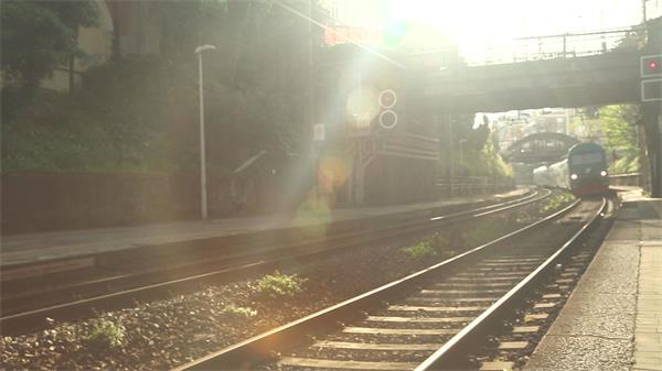 午后阳光照射铁轨火车进入车站电影视觉效果高清视频拍摄
