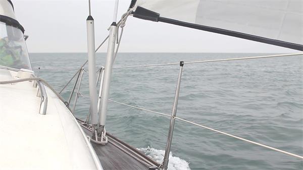 海上帆船航行环球之旅船体摇摆不定航海视觉高清视频实拍