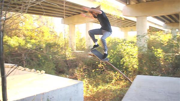 高架桥下少年滑板跳跃飞过间隙极限运动高清视频实拍