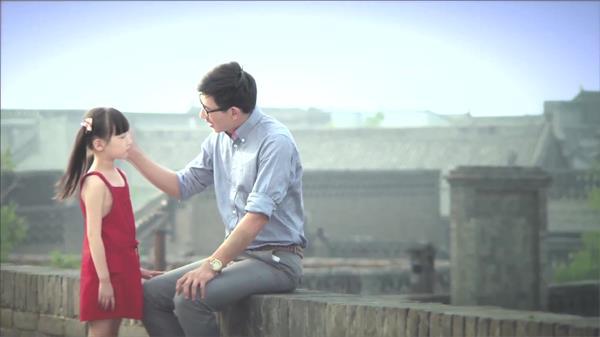 小女孩古城上父亲教导小女孩牵手行走背景高清视频实拍