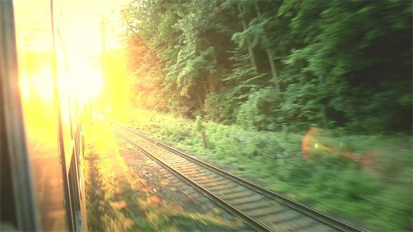 残暴阳光照射列车轨道行驶户外风景对头列车经过高清视频实拍