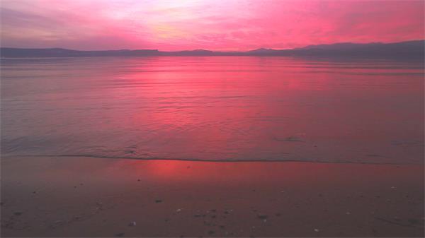 陶醉迷人海上日落染红天空海浪冲刷唯美海景高清视频实拍