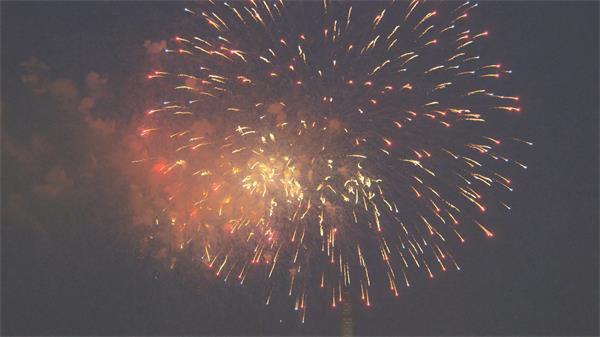 彩色缤纷烟花绽放点亮整片夜空欢庆节日烟火表演高清视频实拍