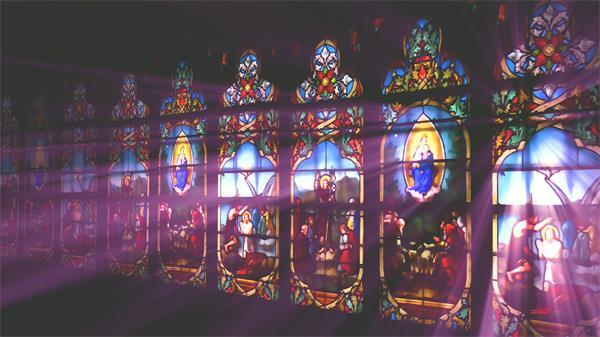 精美彩绘玻璃墙阳光照射历史文化图案窗口教堂背景视频素材