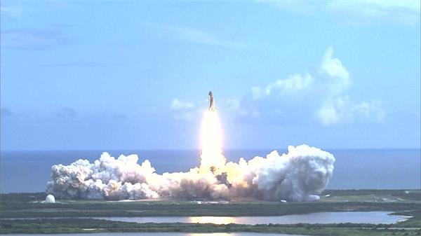 远距离观察火箭喷发火焰倒计时发射启动升空过程高清视频实拍